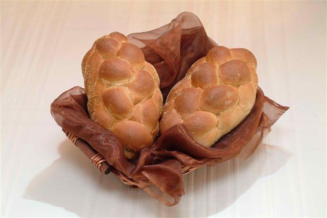 challahs in a basket spelt